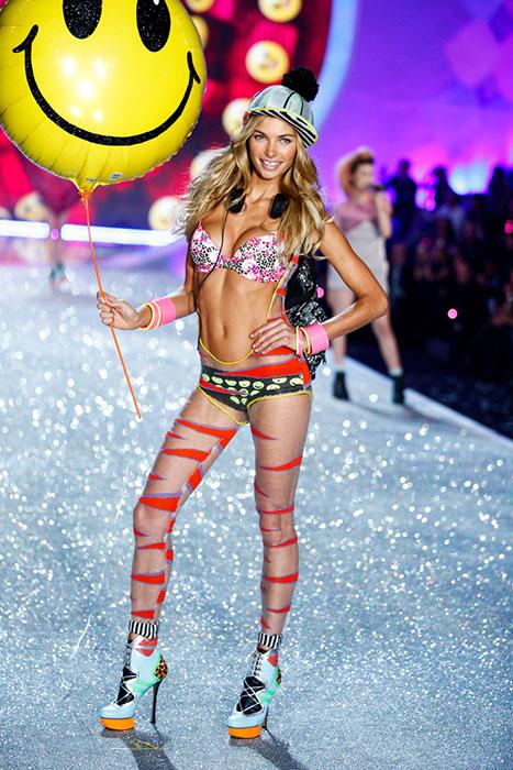 fashion-show-runway-2013-36-pink-network-jessica-victorias-secret-hi-res
