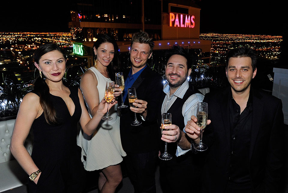 Lauren-Kitt,-Nick-Carter,-two-best-men-and-bridesmaid-toast